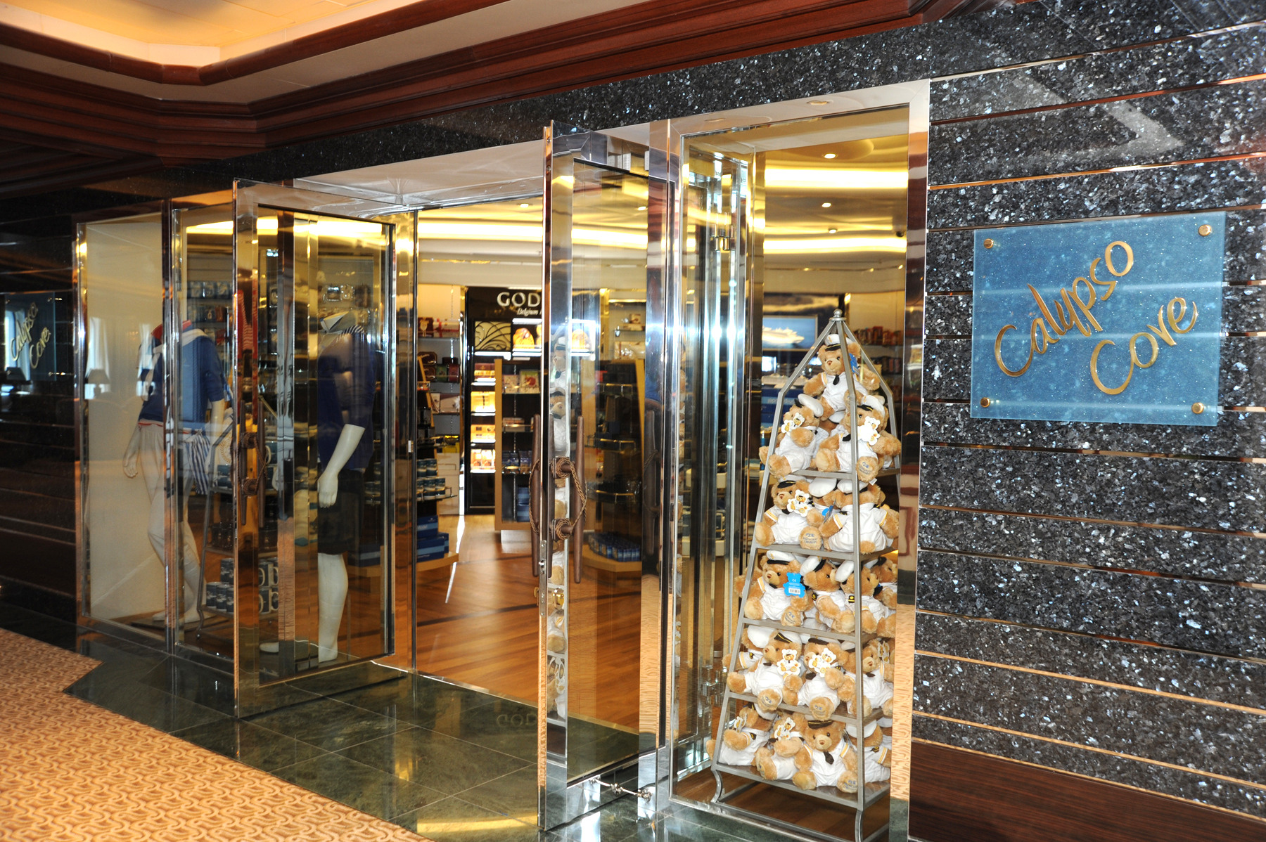 Princess Cruises Royal Class Interior shop 1.jpg